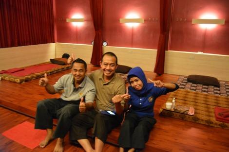 Foto bersama pembelajar dan , instruktur pijat sesudah mengikuti pendidikan dan pelatihan pijat profesional di FITTO Reflexology Jakarta.